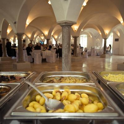 Buffet Chafing-Dishes Kartoffeln mit Locationhintergrund
