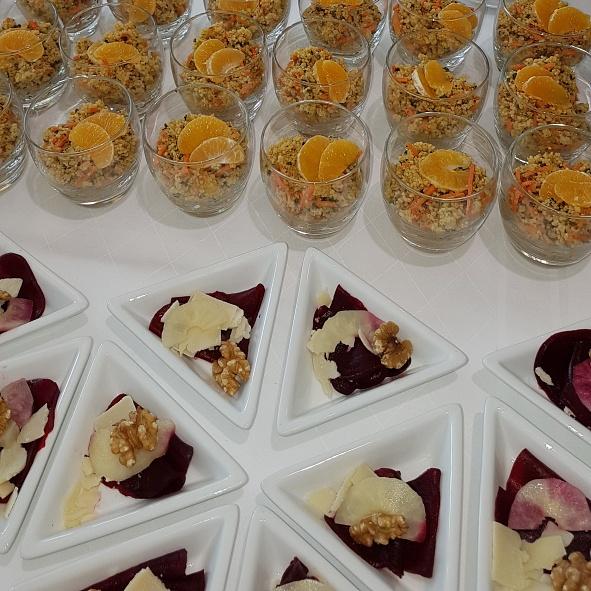 Carpaccio von Roter-Beete mit Birnenspalten, Walnüssen und Couscous-Salat