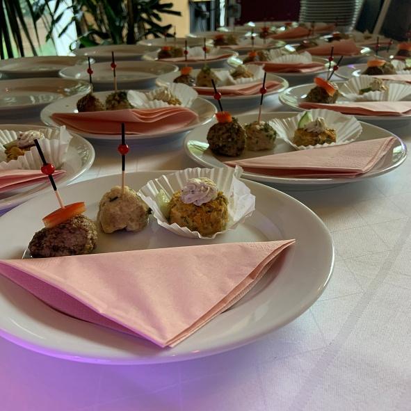 Fingerfood auf Teller mit Serviette