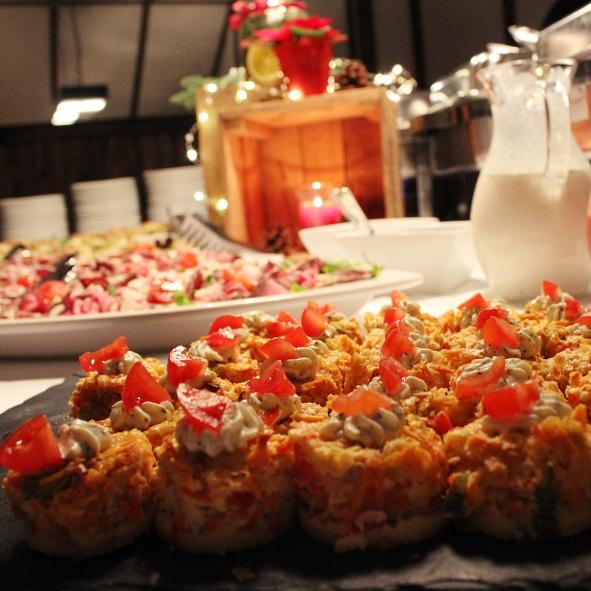 Gemüsequiche-Taler mit Crème fraîche-Haube und Cocktailtomate