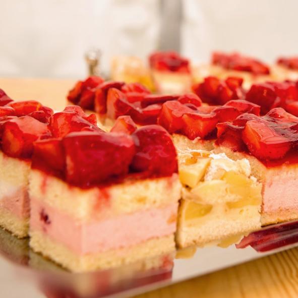 Kuchenwuerfel Erdbeer-Sahne und Apfelschnitte