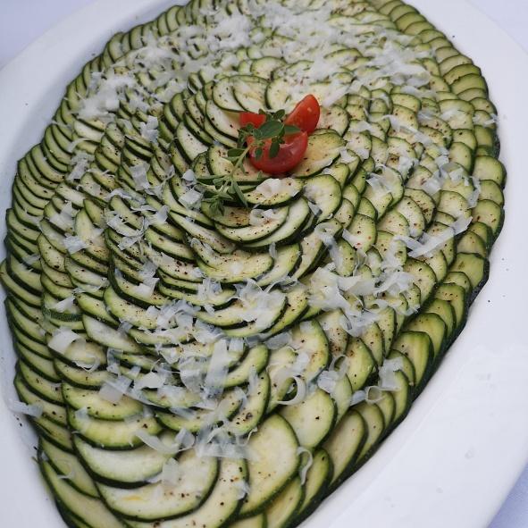 Zucchini-Carpaccio mit Limettendressing und Parmesan