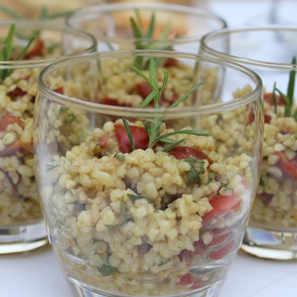 Arabischer Tabouleh-Salat aus Bulgur und Petersilie mit Tomaten und Limettendressing