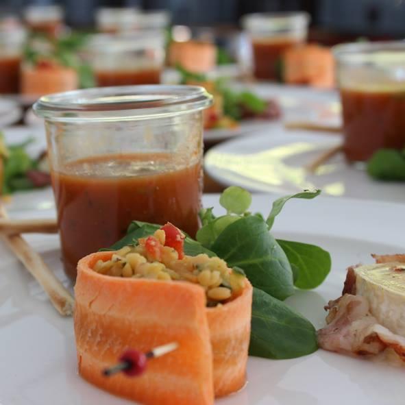 Gazpacho mit Kräutergrissini und Linsensalat in Karottenmantel, gebratener Ziegenkäse im Speckmantel und Feldsalat