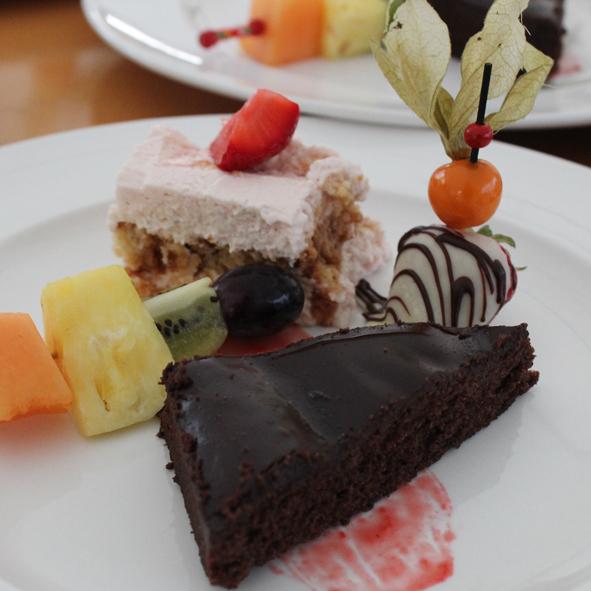 Schokoladentarte mit Erdbeer-Tiramisu, Fruchtspieß und Schoko-Erdbeere